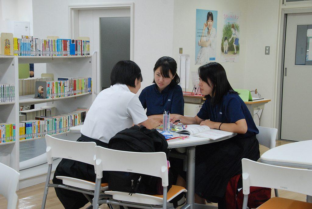 図書室では対話的、協動的な学習への環境が整っている。Wi-Fi接続も可能。